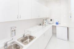 牙齿绝育部门内部,现代实验室洗涤物,清洁和消毒机器 库存图片