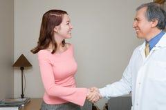 牙医与患者握手 免版税库存图片