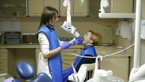 牙医作为女性患者下颌X-射线  股票录像
