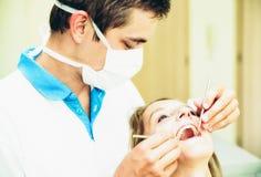 牙医和患者 库存图片