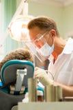 牙医在工作 库存图片