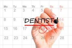 牙医在日历计划者的任命提示 库存照片