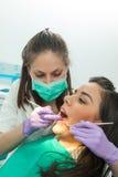 牙医在牙医的审查的患者` s牙 库存照片