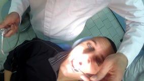 牙医在centar的口腔医学的牙核对 股票视频
