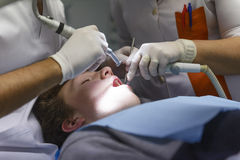 牙医在工作 免版税库存照片