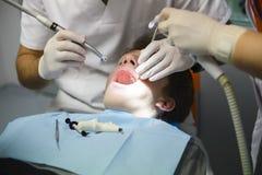 牙医在工作 库存照片