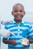 牙医教的男孩如何刷牙 免版税库存照片