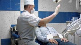 牙医查出患者的骨牙牙医椅子的 股票视频