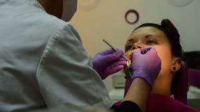 牙医检查耐心` s叮咬与牙齿镜子设置固定的装置的过程 影视素材