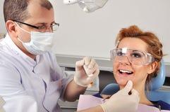 牙医清洗牙 库存图片