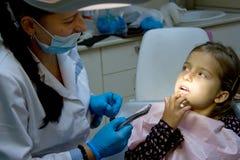 牙医的女孩。 免版税库存照片