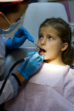 牙医的女孩。 免版税图库摄影