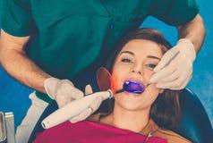 牙医的手术的妇女 免版税库存图片