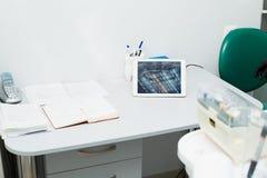 牙医的特别设备,牙医办公室 医生的工作地点 免版税库存图片