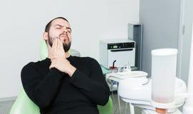 牙医的紧张和被注重的患者 免版税库存图片