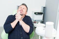 牙医耐心表达的牙痛或牙痛 免版税图库摄影
