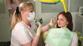 牙医谈话与年轻患者 参加牙医的女孩 影视素材