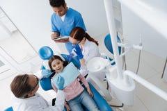 牙医顶视图照片审查的患者 免版税库存图片