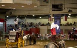 牛仔与旗子的乘驾马在孤立星惊逃展示 库存照片