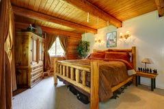 牛仔与木最高限额的卧室内部。 图库摄影