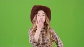 牛仔女孩送空气亲吻到她的男朋友 绿色屏幕 影视素材