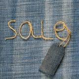 牛仔布与麻线题字销售的织品背景在h的 库存图片