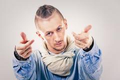 牛仔布的男性当代Hip Hop舞蹈家 免版税图库摄影