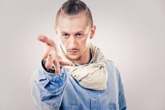 牛仔布的男性当代Hip Hop舞蹈家 免版税库存图片