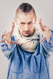 牛仔布的男性当代Hip Hop舞蹈家 图库摄影
