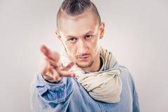 牛仔布的男性当代Hip Hop舞蹈家 库存图片