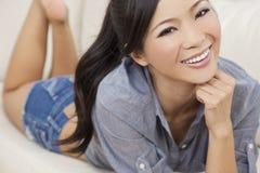 牛仔布短裤的美丽的性感的东方妇女 图库摄影