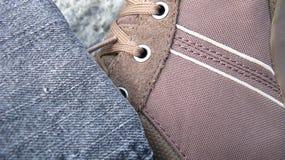 牛仔布运动鞋 免版税图库摄影