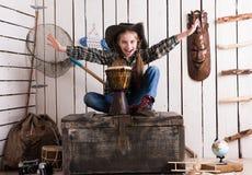 牛仔帽的美丽的小女孩有鼓的 免版税图库摄影