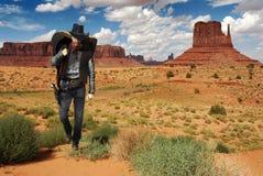 牛仔横穿沙漠 库存图片