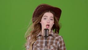牛仔的图象的歌手在一个减速火箭的话筒唱歌 绿色屏幕 慢的行动 影视素材