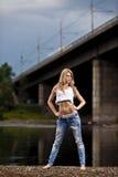 牛仔裤性感的妇女年轻人 免版税库存照片