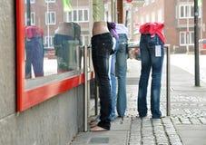 牛仔裤时装模特 库存照片
