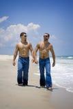 牛仔裤的二个人在度假 库存图片