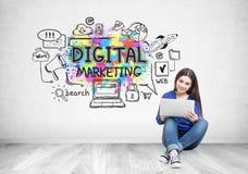 牛仔裤的十几岁的女孩,膝上型计算机,数字式营销 库存图片
