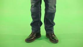 牛仔裤的工人在绿色背景 影视素材