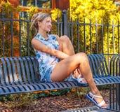 牛仔裤短裤的性感的女性 图库摄影
