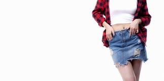 牛仔裤裙子时尚,十几岁的女孩偶然佩带的蓝色牛仔布微型裙子的关闭 免版税库存图片