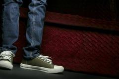 牛仔裤鞋子 库存图片