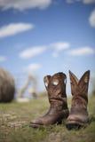 牛仔靴在牧场地 图库摄影