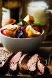 牛后腹肉排用蕃茄沙拉 库存图片