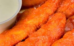 水牛城有青纹干酪垂度特写镜头的鸡手指 免版税库存图片