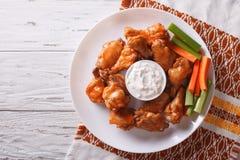水牛城鸡翼用调味汁和芹菜 水平的顶视图 库存照片