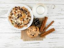 牛奶、曲奇饼和燕麦粥用果子、葡萄干和坚果 健康 免版税库存照片