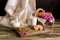 牛奶、蜂蜜和面包在桌上 库存图片