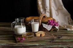 牛奶、蜂蜜和面包在桌上 库存照片